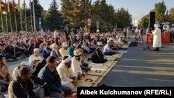Бишкектеги айт намазына келгендер. 1-сентябрь, 2017-жыл.