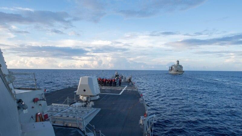 Американский эсминец столкнулся с филиппинским контейнеровозом