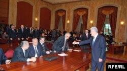 Молдавские коммунисты перед тем как покинуть парламент.