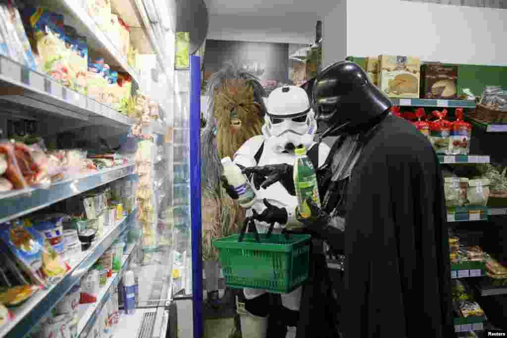"""Он сам ходит в магазин за продуктами (""""А ты кефир местный пробовал?"""" (с))"""