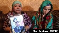 Мать и супруга погибшего.