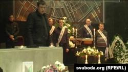 Ганаровая варта каля труны Рамана Вайніцкага, побач яго старэйшыя сыны Раман і Юры