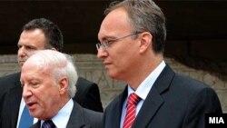 Посредникот Метју Нимиц со преговарачот на Македонија, Зоран Јолевски.