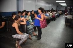Очередь из беременных женщин, ждущих результатов обследования на заражение вирусом Зика, в одной из больниц в Гватемале. 27 января 2016 года