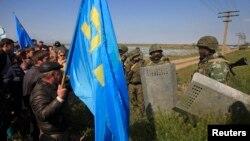 Русия хәрбиләре Кырымтатар лидеры Мостафа Җәмилевне каршы алучыларның юлларын бикли. 3 май 2014