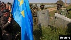 Российские военные заблокировали проход крымским татарам, желающим встретить Мустафу Джемилева, Армянск, 3 мая 2014 года