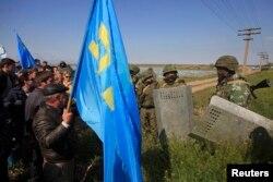 Російські військові намагаються блокувати прохід кримським татарам в Армянську 3 травня 2014 року