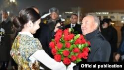На распространенном официальными СМИ Узбекистана фото — бывший президент Казахстана Нурсултан Назарбаев по прибытии в аэропорт Ташкента, 28 ноября 2019 года.
