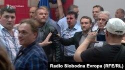 Калтакланган депутат Зоран Заев.