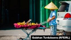 Базарда иштеп жаткан кыргызстандык бала. Иллюстрациялык сүрөт.