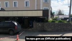 За даними Нацполіції, на момент убивства працівник поліції перебував поза службою в одному з кафе Баришівки