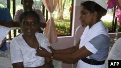 Сауд Арабиясынан қайтып келген қызметші әйел (сол жақта) ол елдегі қожайыны денесіне шеге қағып азаптағанын айтады. Шри-Ланка, 25 тамыз 2010 жыл. (Көрнекі сурет)