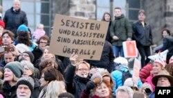 Демонстрация протеста против нападений на женщин в Кёльне со стороны прибывших в Германию беженцев. 9 января 2016 года