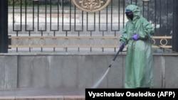 Бішкек көшесін дезинфекциялап жүргендердің бірі. 26 наурыз 2020 жыл.