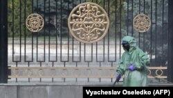 Дар як кӯчаи Бишкек поккории санитарӣ ба роҳ монда шудааст