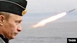 До войны в 2012 году дело не дойдет, считают эксперты. Президент РФ на учениях российского флота (фото из архива)