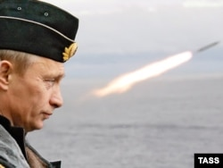 Владимир Путин контролирует запуск ракеты на морских учениях