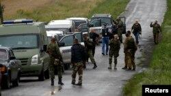 Представники ОБСЄ і бойовики угрупування «ДНР» на місці падіння «Боїнга-777», 18 липня 2014 року