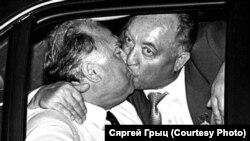 """Кебіч і Чарнамырдзін, ліпень 1994. Фота Сяргея Грыца ў газэце """"Свабода"""""""