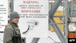 """Солдат США на посту в авиабазе """"Манас"""". 4 февраля 2009 г."""