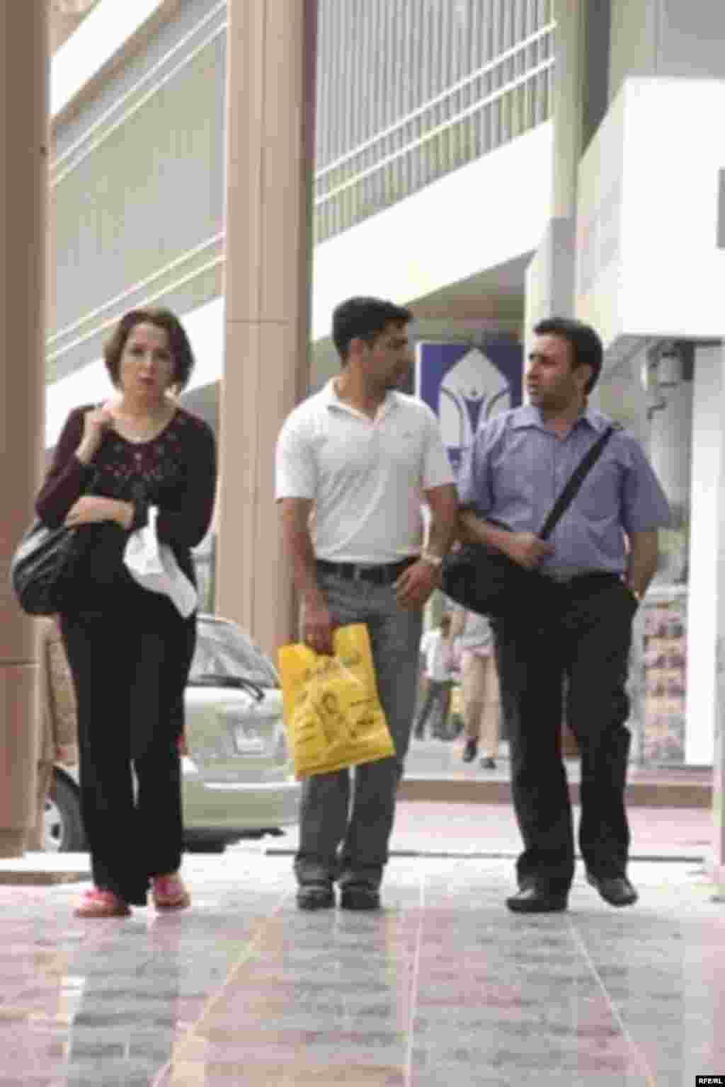 مراکز خريد اين روزها بيشتر پذيرای مشتری های ايرانی هستند