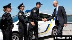 Ուկրաինայի վարչապետ Արսենի Յացենյուկը ողջունում է ոստիկաններին, արխիվ