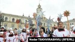 Переодетые в костюмы волхвов молодые люди вместе с иподъяконами прошествовали по центральному проспекту Руставели