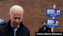 Joe Biden seçki məntəqəsindən çıxır