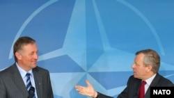 ياپ ده هوپ شفر دبير کل ناتو و ميرک توپولانک، نخست وزير جمهوری چک