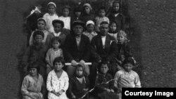 Учні та вчителі початкової школи села Кучук-Озенбаш, 21 жовтня 1934 року