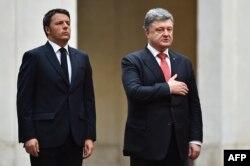Президент України Петро Порошенко (праворуч) та прем'єр-міністр Італії Маттео Ренці під час українського гімну в резиденції Палаццо Кіджі. Рим, 19 листопада 2015 року