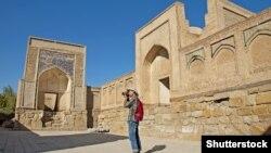 Иностранный турист фотографирует «Чор-Бакр» – некрополь, находящийся в селении Сумитан в пригороде Бухары в Узбекистане.