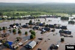 Poplavljeno selo na jugu Sibira posle velike kiše u junu