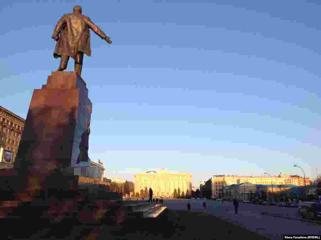 Памятник Ленину в апреле этого года. Монумент общей высотой более 20 метров был открыт в 1963году