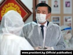 Президент Сооронбай Жээнбеков во время посещения одного из центров дневного стационара. Бишкек, 8 июля 2020 г.