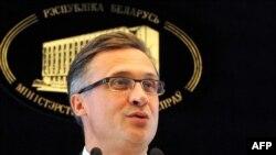 Belarusyň Daşary işler ministrliginiň sözçüsi Andreý Sawinih ÝB-Belarus diplomatik krizisi boýunça geçirilen metbugat konferensiýasynda, Minsk, 29-njy fewral.