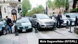 Нарушители правил парковки на тбилисских улицах (архивное фото)