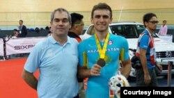 Қазақстандық велотрекші Артем Захаров (оң жақта) пен оның бапкері Эрве Дагорне.