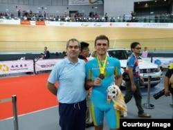 Лидер сборной Казахстана по велотреку Артем Захаров с тренером Эрве Дагорне.