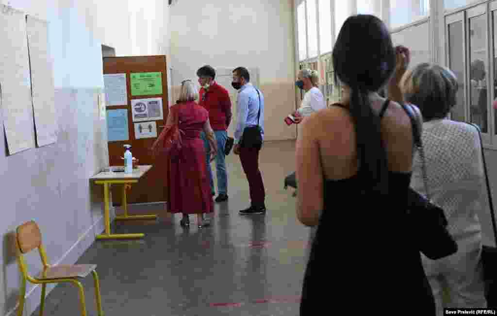 U Crnoj Gori ima 1.217 biračkih mjesta. Na pojedinim, birači su čekali u redovima kako bi glasali.