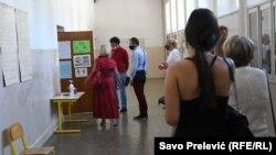 Građani s maskama na izborima u Podgorici, ilustracija