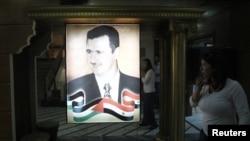 Portret i presidentit sirian, Bashar Al Asad, në ndërtesën e televizionit shtetëror në Damask