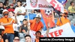 """Qozog'istonning """"Shaxtyor"""" futbol klubi muhlislari"""