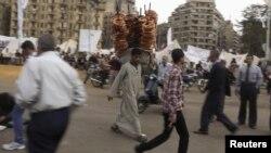 На площі Тахрір у центрі Каїра, на задньому плані наметовий табір демонстрантів, удень 4 грудня 2012 року