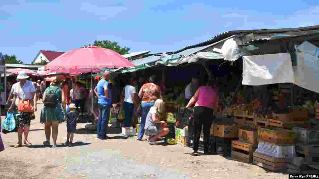 Тут йде жвава торгівля овочами та фруктами