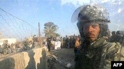 یک نیروی پلیس مصر در گذرگاه مرزی رفح