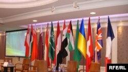 أعلام الدول المشاركة في الندوة