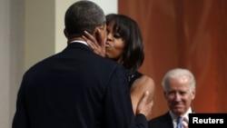 Президент США Барак Обама целует жену Мишель на приеме в честь инаугурации. Вашингтон, 20 января 2013 года.