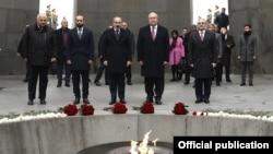 Premierul armean Nikol Pashinian și președintele Armen Sarkissian, în vizită la Memorialul Genocidului din Erevan, la începutul acestei luni