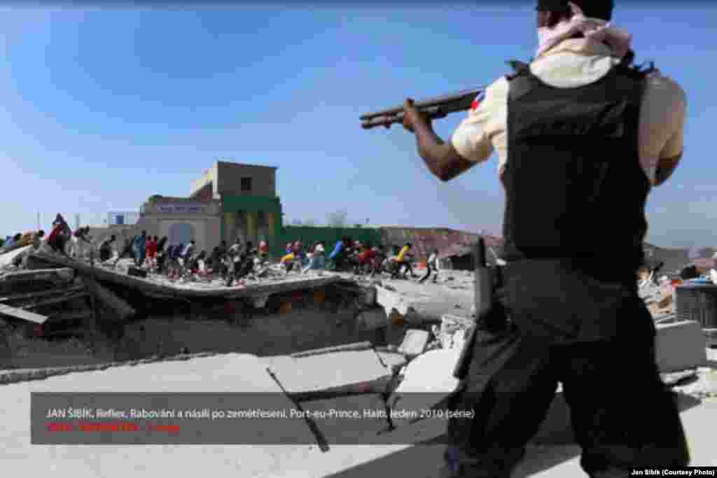Первый приз в номинации Актуальность. 2010 год. - Фото Яна Шибика, Reflex. Мародерство и насилие после землетрясения на Гаити